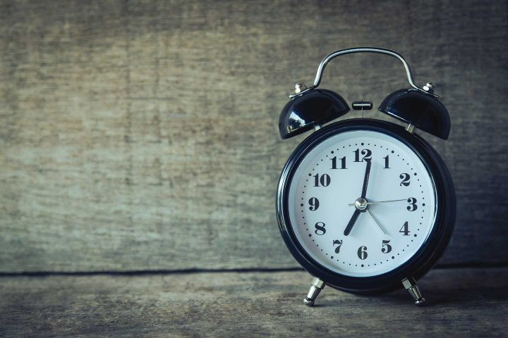 An alarm clock - Photo by Aphiwat from Pexels